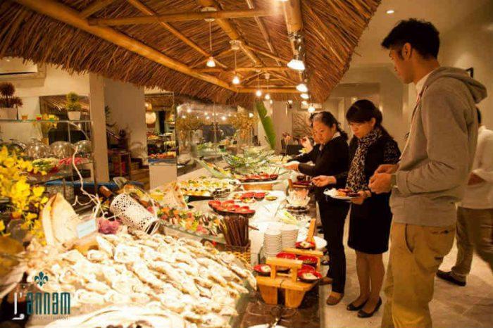 Không gian luôn tấp nập thực khách tại nhà hàng L'annam