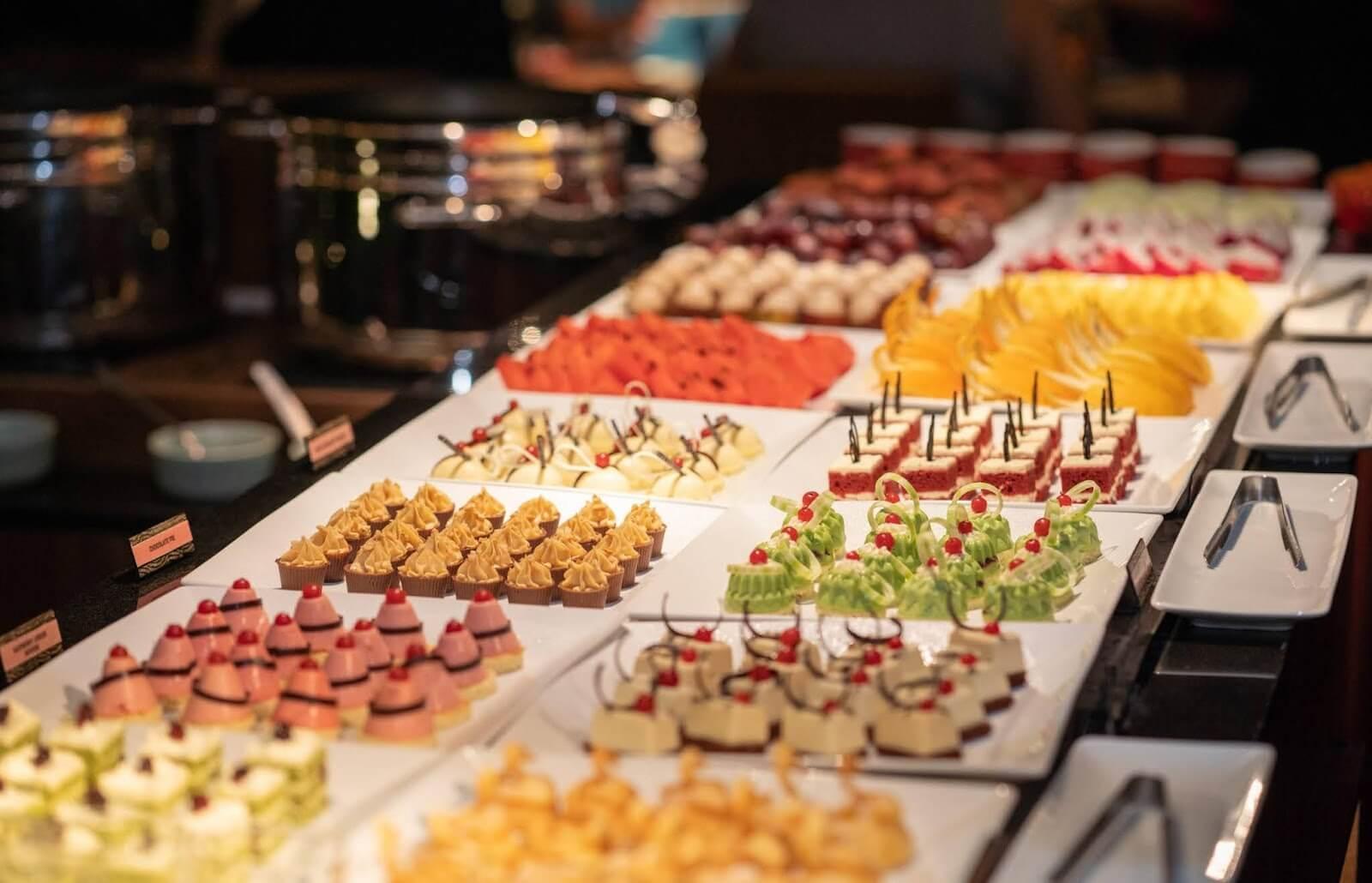 Một bữa tiệc Buffet đầy ắp những chiếc bánh ngọt xinh xắn và ấn tượng
