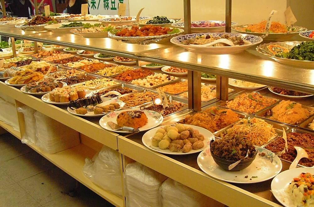 Nhà hàng phục vụ sẵn các món ăn trong tiệc buffet