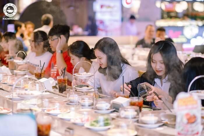 Nhà hàng lẩu băng chuyền là địa điểm tụ tập được nhiều người yêu thích