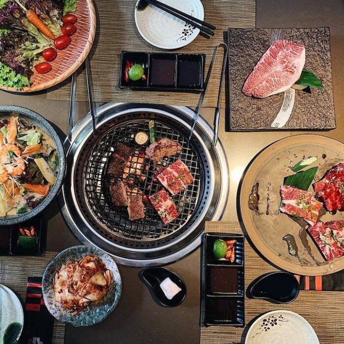 Với mỗi suất buffet Sumo BBQ, bạn có thể ăn thỏa thích cả nướng, lẩu, salad, đồ ăn kèm,...